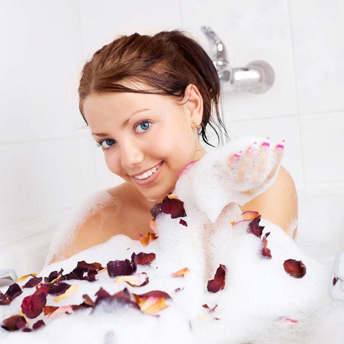 фото красивых девушек в ванной с пеной.с короткими волосами.